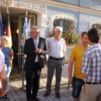 Begrüßung der Gäste vor dem Rathaus